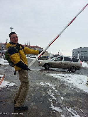 Lustige Menschen auf dem Weg zur Arbeit - Alltag witzig - Schranke