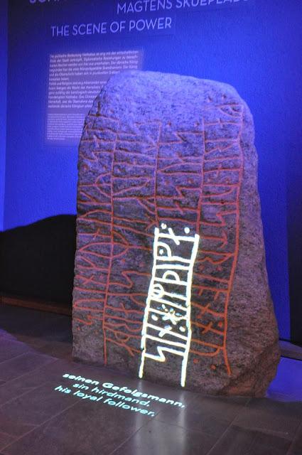 Eskpozycja kamienia runicznego w Muzuem w Hedeby