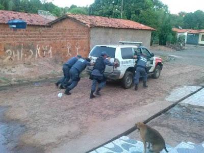 Resultado de imagem para policia militar de coelho neto empurrando viatura