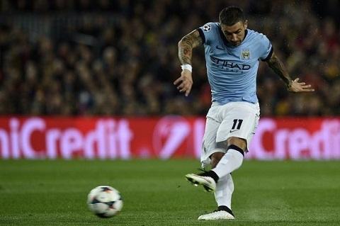 Chân sút Kolarov bị chấn thương khiến cho câu lạc bộ Man City thêm đau đầu.