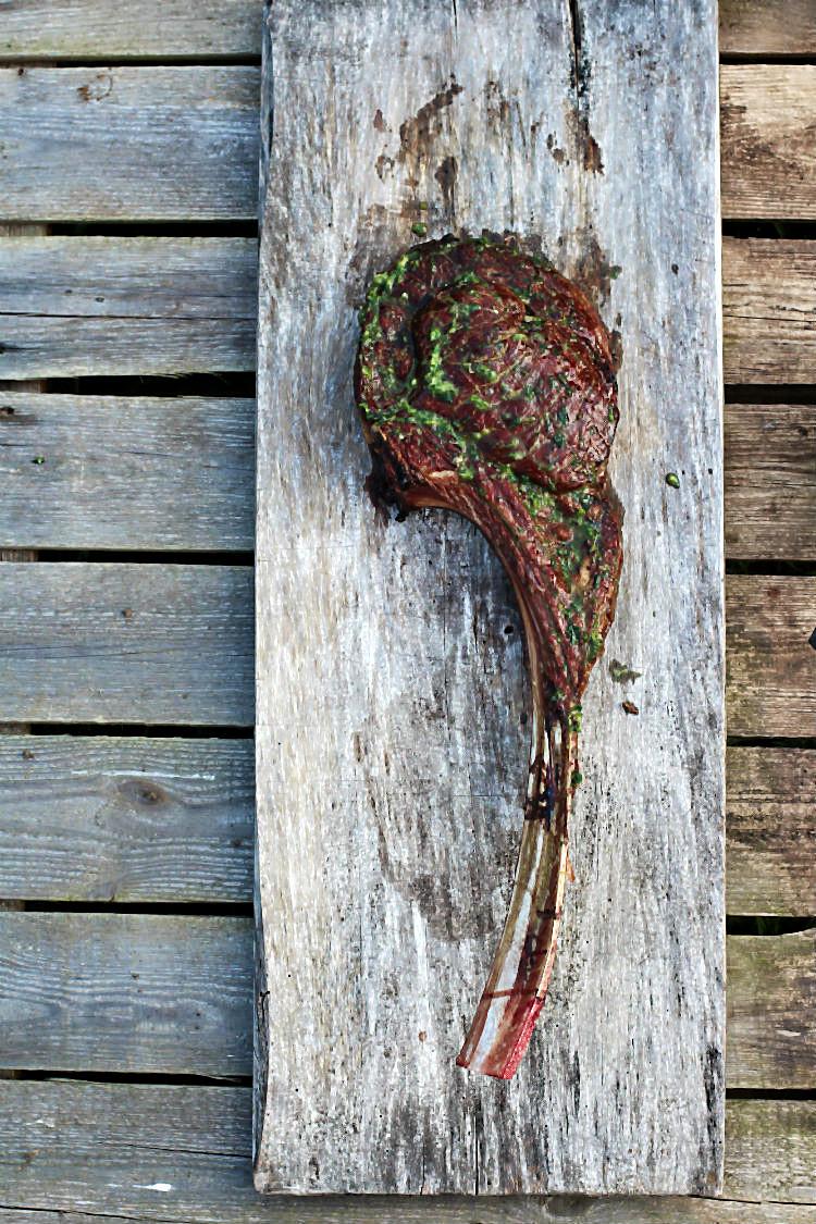 Tomahawk-Steak vom Irischen Ochsen, gegrillt auf offenem Feuer in der Gartenliebe. BBQ mit Arthurs Tochter | Arthurs Tochter kocht. Der Blog für Food, Wine, Travel & Love von Astrid Paul