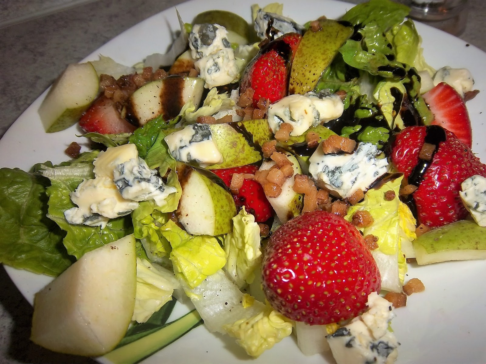 Grüner Salat mit Walnüssen, Blauschimmelkäse, Erdbeeren und Birne