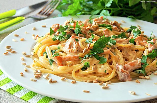 Spaghetti z kurkami w sosie śmietanowym