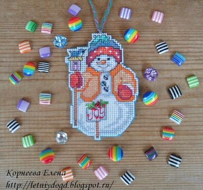 вышитый на пластиковой канве снеговик - елочная игрушка