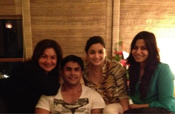 Alia Bhatt Photo With Her Grandmother and Siblings