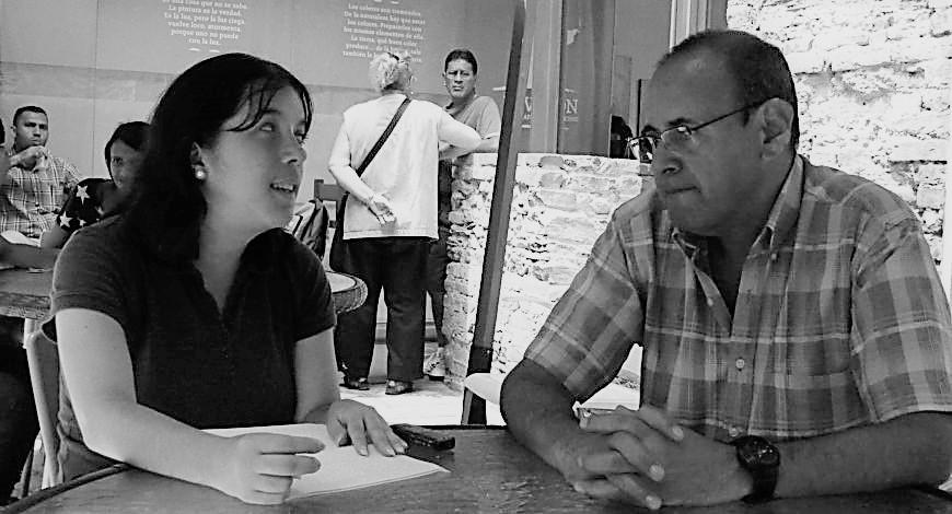 Adriana Rodríguez y Rubén Darío Jaimes durante la entrevista (blanco y negro