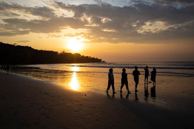 Tramonto sulla spiaggia di Jimbaran-Bali