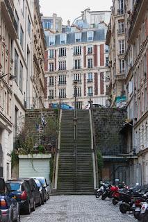La rue Cyrano de Bergerac gravit la colline de Montmartre
