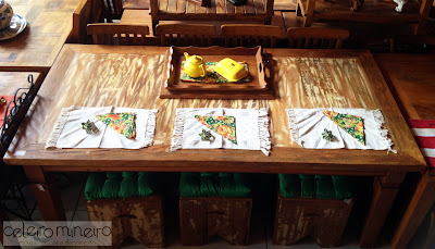 mesa rústica retangular com descascado e guardanapos em chita