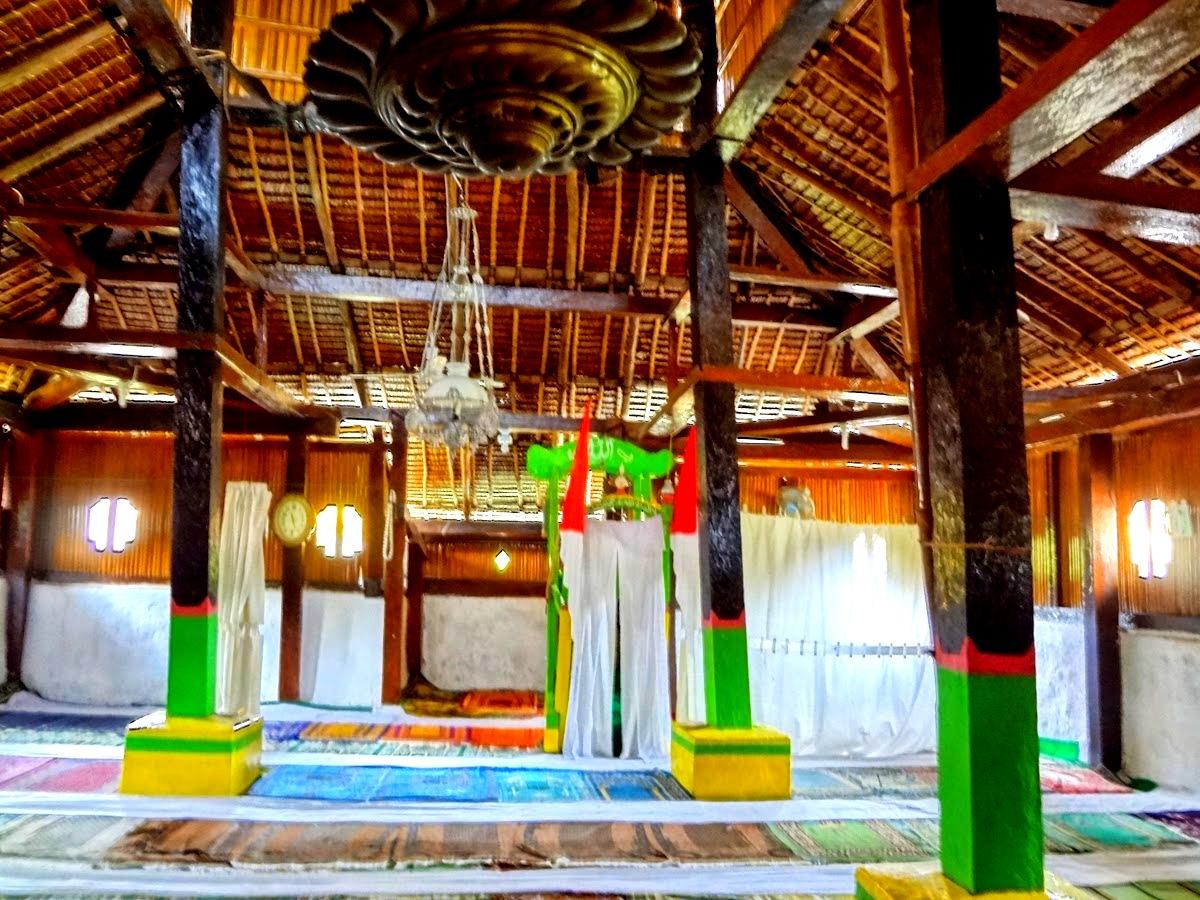bagian dalam ruang utama masjid tua wapauwe kaitetu
