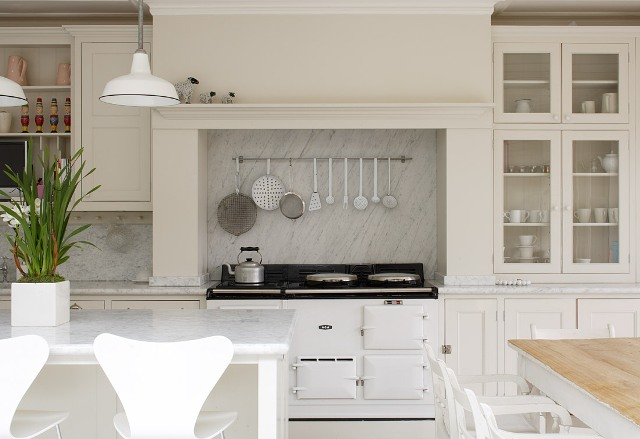 Rustik chateaux acogedor ambiente cocina comedor y sal n en blanco - Cocina rustica blanca ...