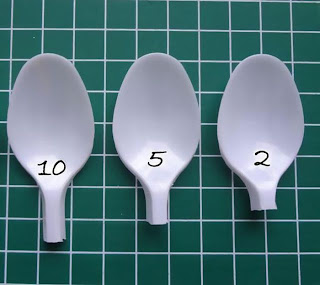 Reciclando cucharas de plástico