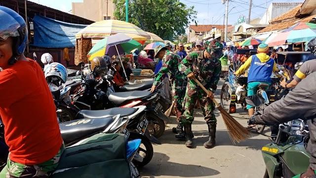 Bawa Sapu ke Pasar, Ini yang Dilakukan TNI dan Masyarakat