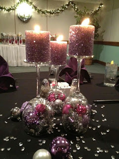 porta candele realizzate con calici e palline di natale