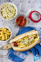 Hot dog z kiełbasą i coleslawem