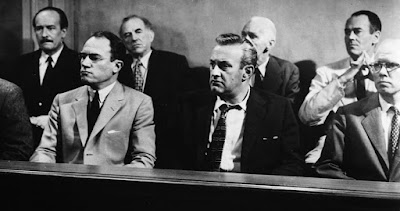 Οι 12 Ένορκοι στο δικαστήριο στην αρχή του έργου