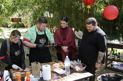 Chris e o especialista em gastronomia oriental Thiago Bañares ajudam a equipe - Divulgação/SBT