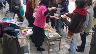 Λέσχες αλληλεγγύης, κουζίνες και συσσίτια για εκατοντάδες οικογένειες