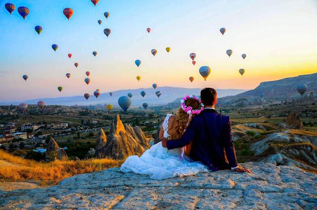 Bên cạnh việc ngồi ở những vị trí đắc địa để ngắm nhìn toàn cảnh hàng trăm chiếc khinh khí cầu lơ lửng giữa bầu trời, sao bạn không thử một lần trải nghiệm cảm giác ngồi bồng bềnh trên chính chiếc khinh khí cầu tuyệt đẹp để đắm mình vào khung cảnh bao la?