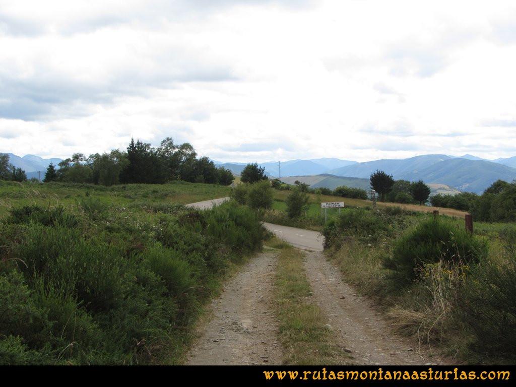 Ruta Cangas - Acebo: Entrando en Villanueva de San Cristobal