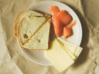 śniadanie - tost z łososiem i serem
