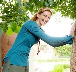 Julia Roberts memakai kalung jenitri