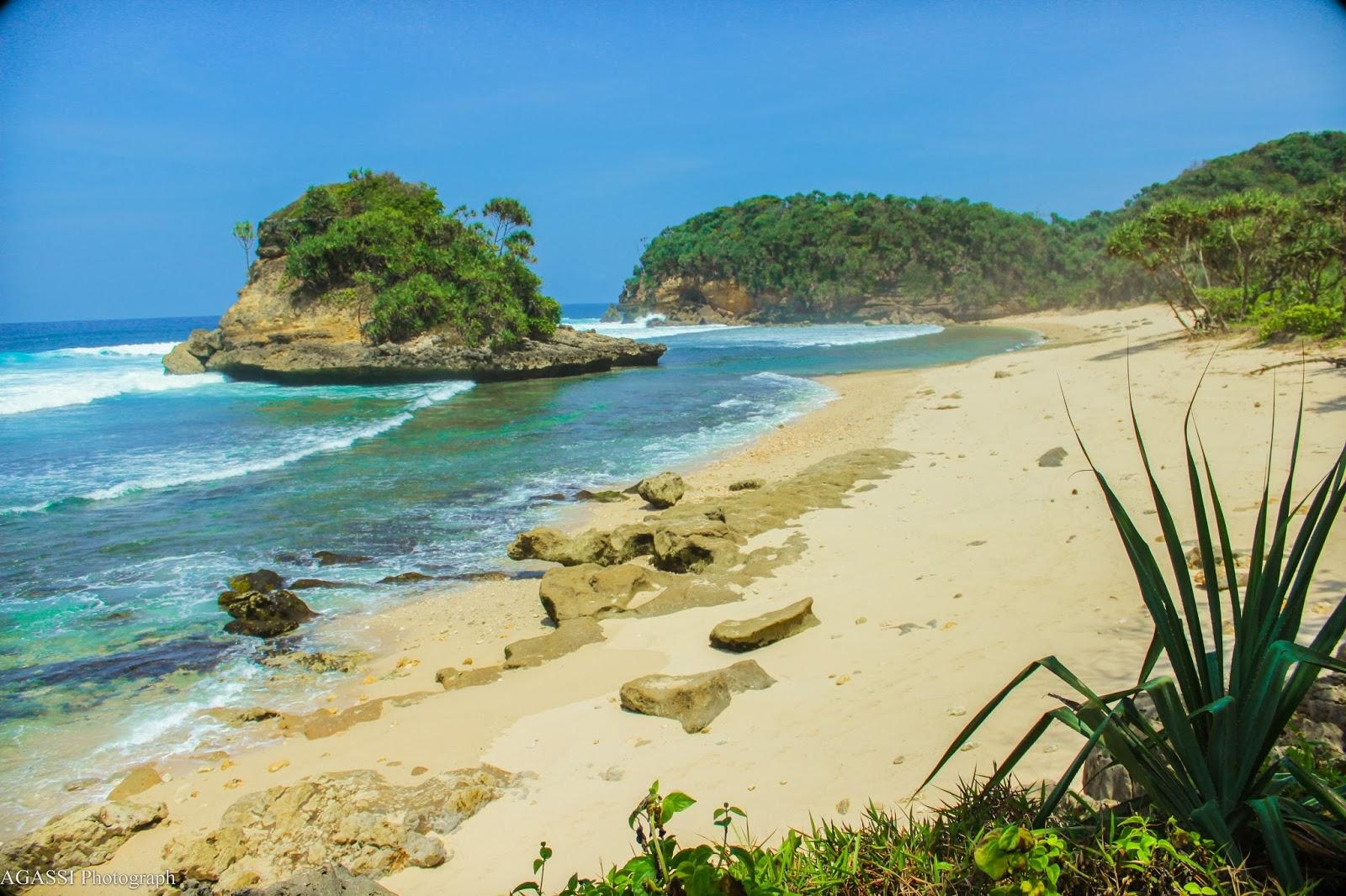 Wisata Ke Pantai Jonggring Saloko - MANISA TRAVEL MALANG : Travel ...