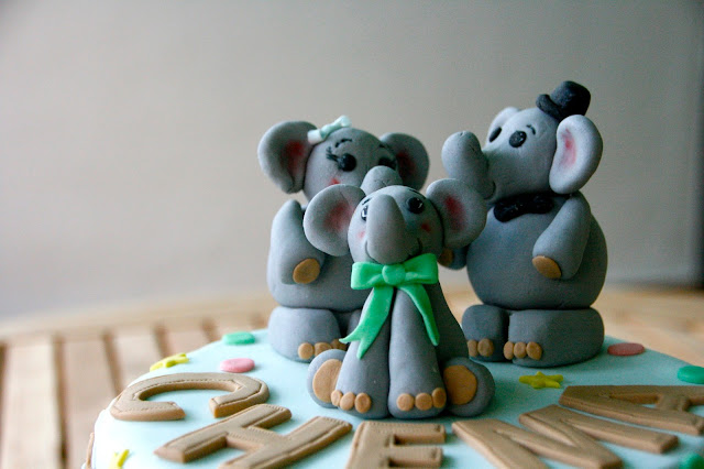 Tarta de cumpleaños con família de elefantes en fondant