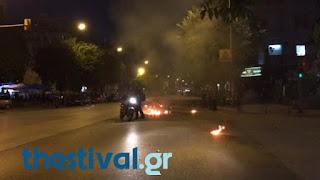 Απίστευτο! Αντιεξουσιαστές χτύπησαν άνδρα της Τροχαίας στο κέντρο της Θεσσαλονίκης και του έκαψαν τη μηχανή (VIDEO)