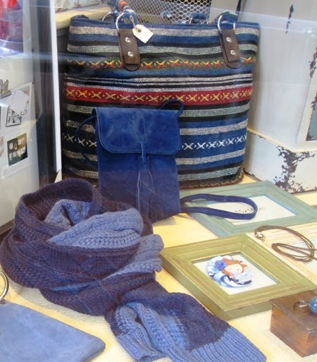 Bolso tela rayas, bolsito piel y bufanda punto azul