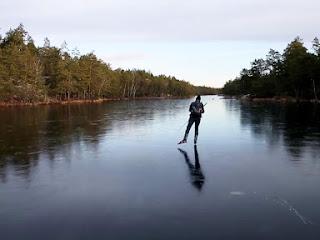 Patinar em um gelo fino e frágil produz um som direto de um filme de ficção científica