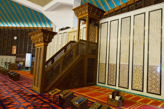 Detalle libros del Corán en el interior de la Mezquita