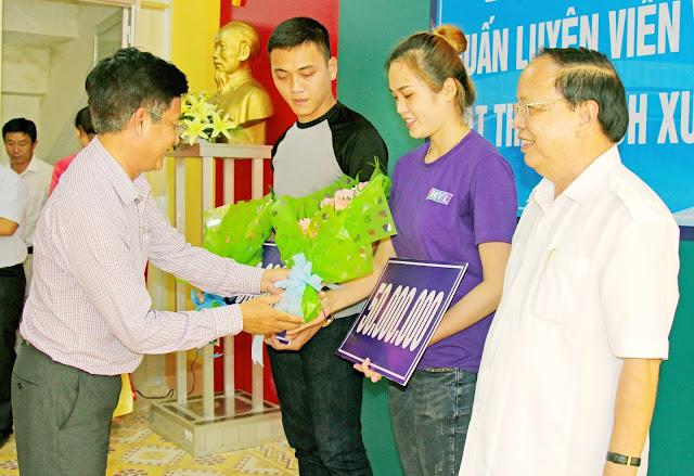 Vĩnh Long khen thưởng 2 đội bóng chuyền nam nữ trụ hạng