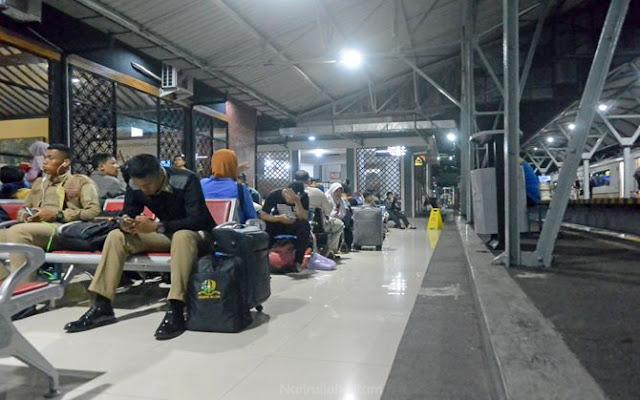 Menunggu jadwal keberangkatan kereta api di stasiun Tugu Jogja