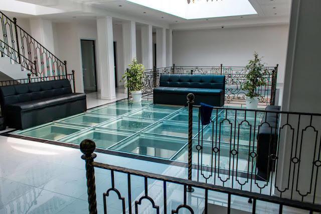 What types of glass floors exist?