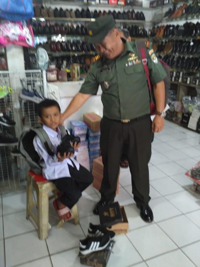 Peduli Siswa Miskin, Danramil 01/Pancoran Mas Sumbang Sepatu dan Seragam Sekolah
