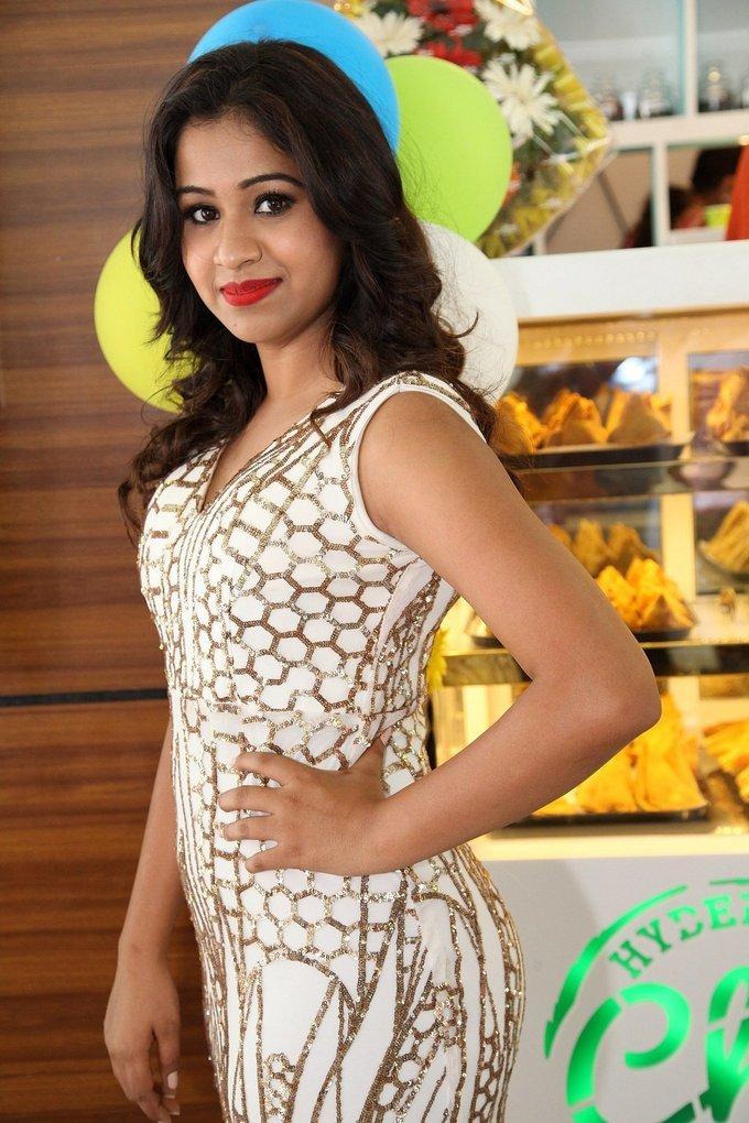 Manali Rathod Launch Hyderabadi Chai Adda Shop