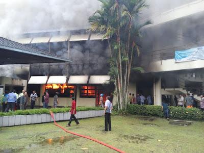 Kebakaran yang menimpa Gedung Fateta IPB Wing C. Foto : grup WA Andalan.