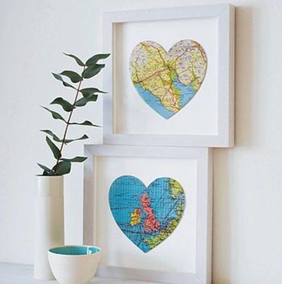 Gunting peta berbentuk hati, bingkai dengan pigura, kemudian pajang. Hiasan dinding yang mudah dibuat dan cantik, kan?