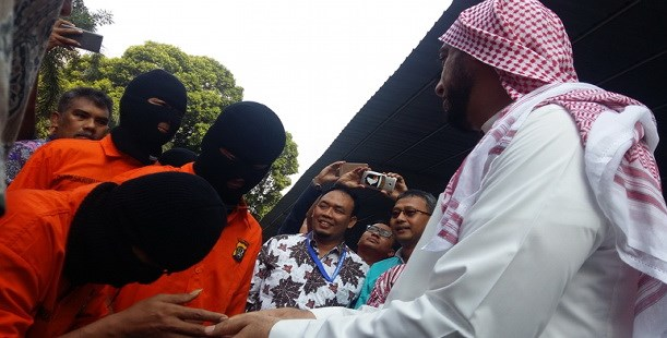 Pencuri Mobilnya Berhasil Ditangkap, Begini Reaksi Syekh Ali Jaber Saat Ketiga Pelaku Mencium Tangannya