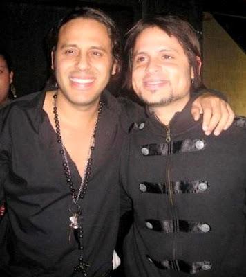 Foto de Servando y Florentino abrazados y de negro