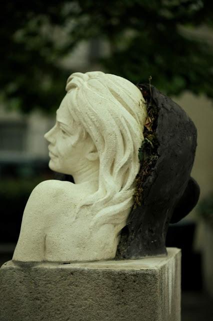 #Pensée créatrice# sculpture en pierre, terre et plantes# Emmanuel Sellier