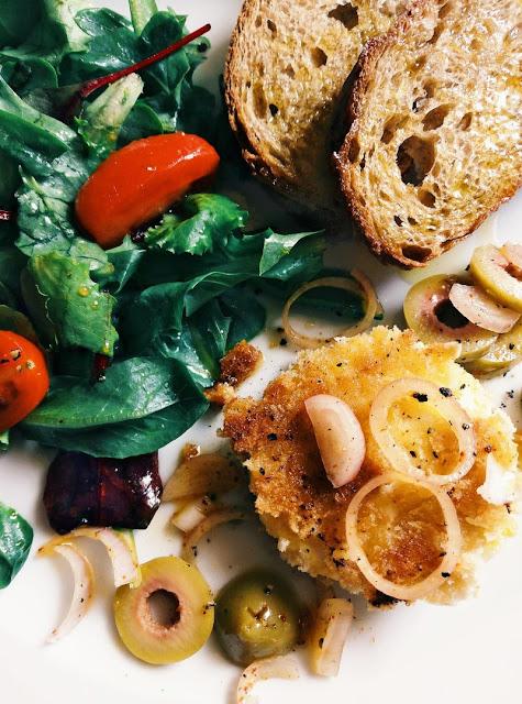 Ziegenkäsetaler mit Oliven und Bruschetta