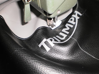 Tapizar asiento de moto Triumph Bonneville - Tapicero.org