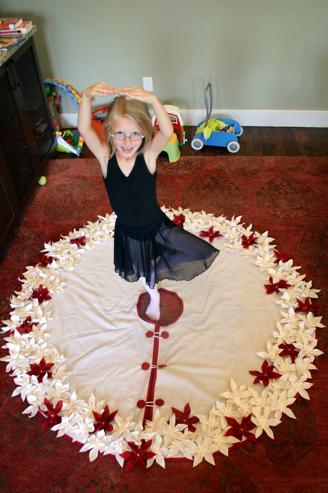 one clever mom: Poinsettia Christmas Tree Skirt