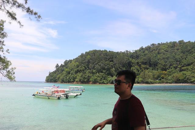 Memandang laut lepas dari Pontoon Borneo Reef World