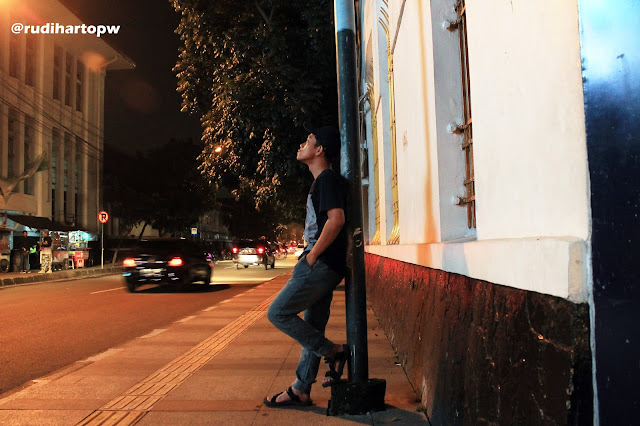 Manusia Yang Bersender Ditiang Listrik Jl. Asia Afrika Bandung