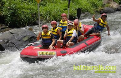 Arung jeram di kawasan sungai Ayung