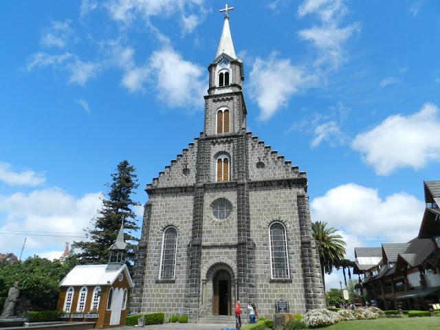 O que fazer no centro de Gramado - Igreja Matriz São Pedro Apóstolo e Fonte do Amor Eterno