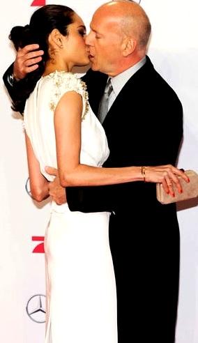 Foto de Bruce Willis besando a su esposa Emma Heming